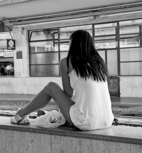 Fille à la gare - Instant Charnel