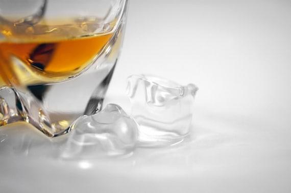 verre de whisky avec glaçons