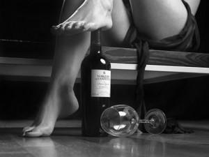 Pieds nus de femme & grand cru bouteille de vin